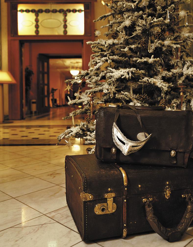 К праздникам в галерее отеля появляется аллея новогодних елей.. Санкт-Петербург