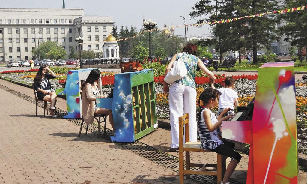 На площади Кирова все желающие могут поиграть на уличных пианино.Иркутская область