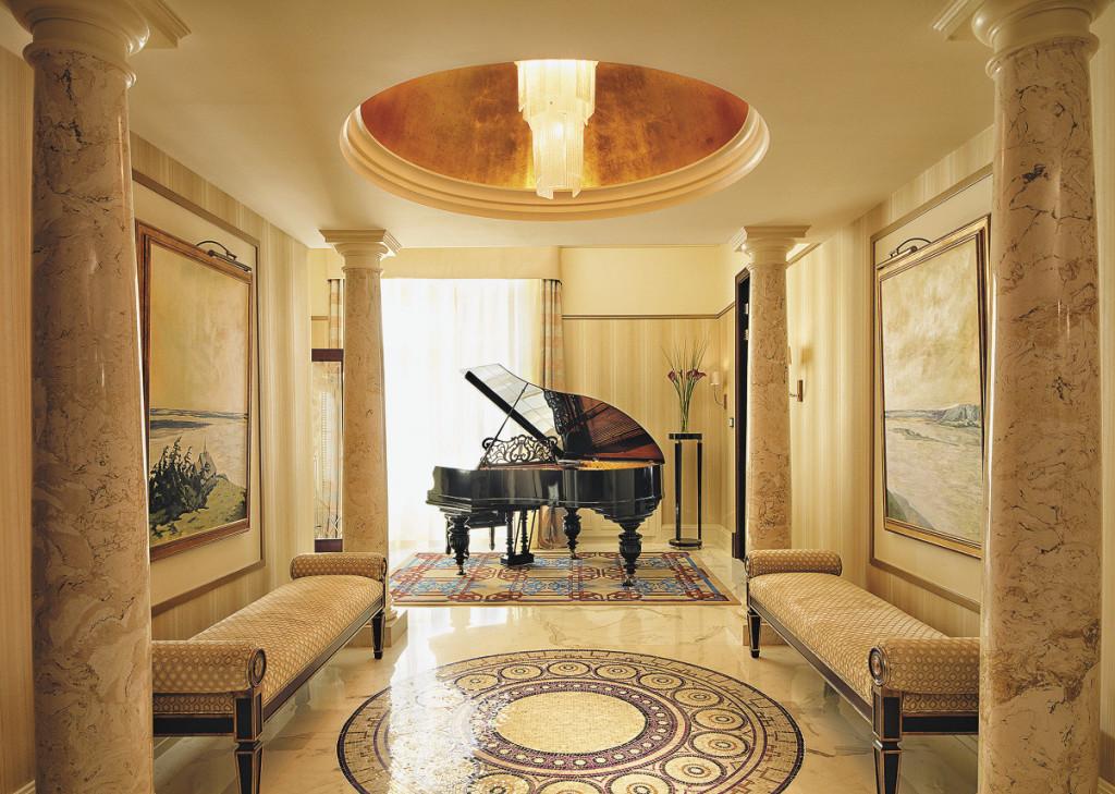 Музыкальный зал с антикварным роялем фирмы Карла Шредера в Президентских апартаментах венчает позолоченный куполообразный потолок.. Санкт-Петербург