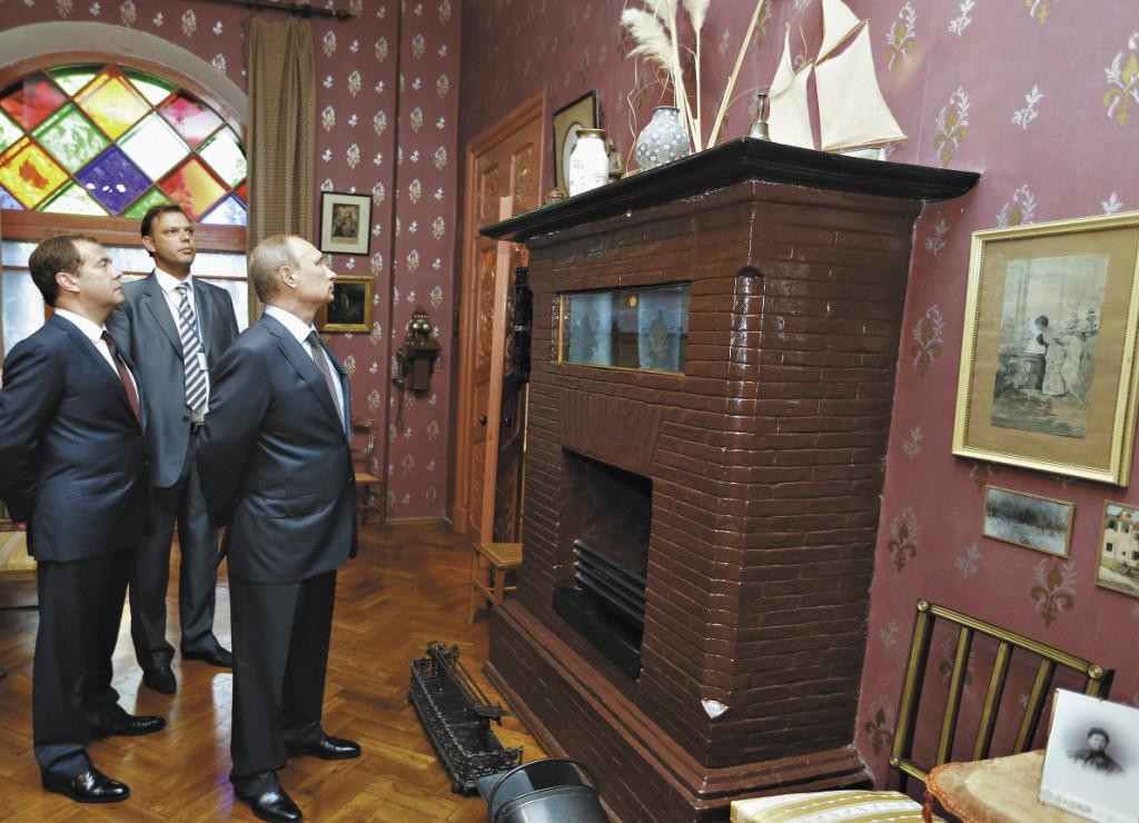 Президент и премьер-министр с интересом осмотрели интерьер Дома-музея Чехова.