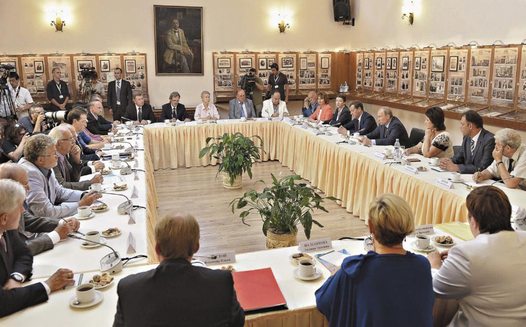 За большим прямоугольным столом в Доме-музее Чехова деятели культуры Крыма решали свои проблемы.