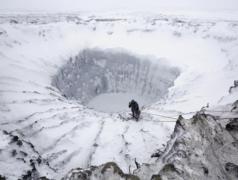 Только зимой стало возможным взять образцы грунта, пробы воды и газа со дна воронки.