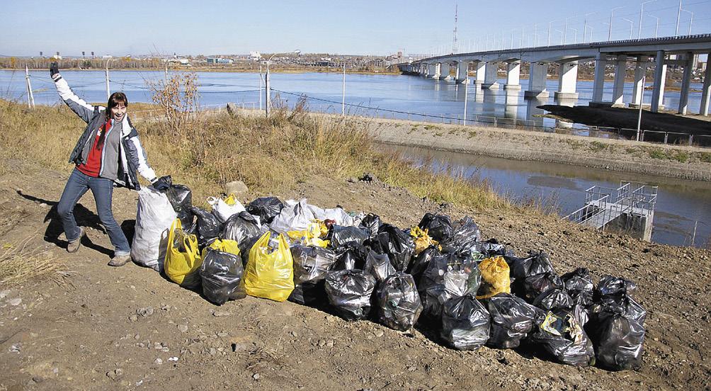 Волонтеры европейской студенческой компании AEGEE убирают мусор с берегов Ангары. Иркутская область
