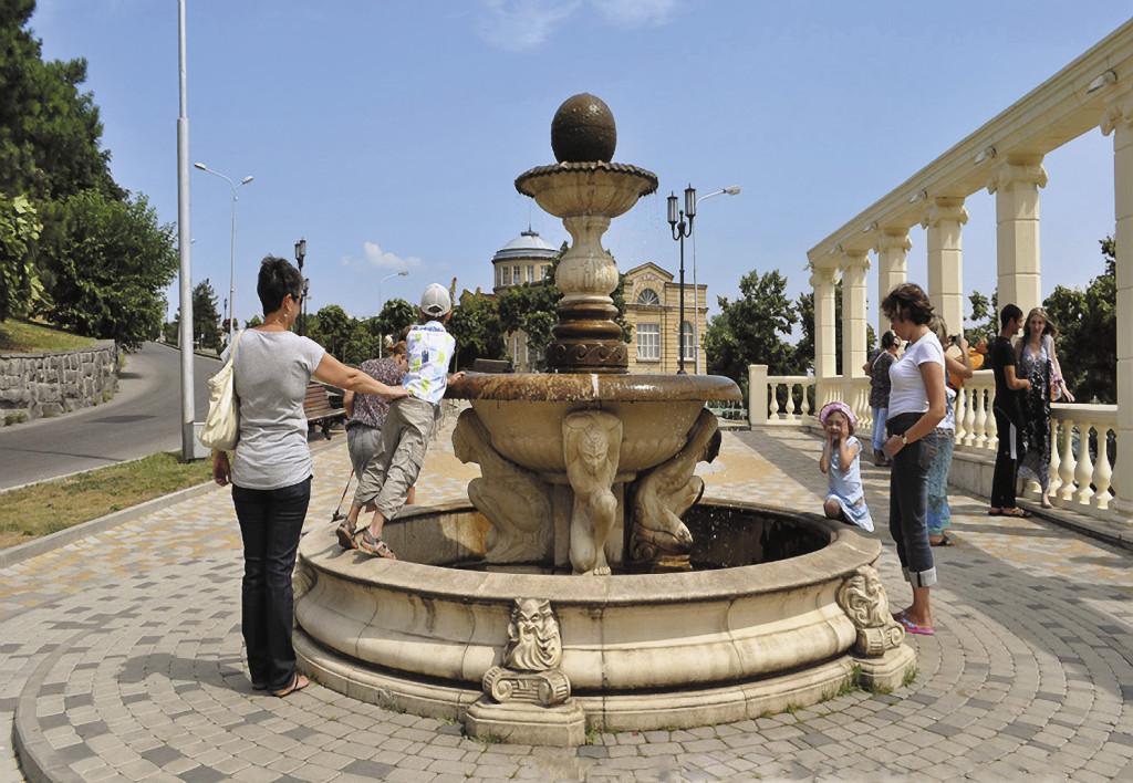 Дно фонтана в Пятигорске покрыто монетками, которые бросают туристы, загадывая вернуться.