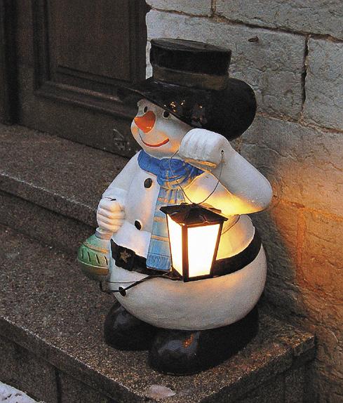 Свечи на зимних улицах Таллина добавляют тепла и уюта.