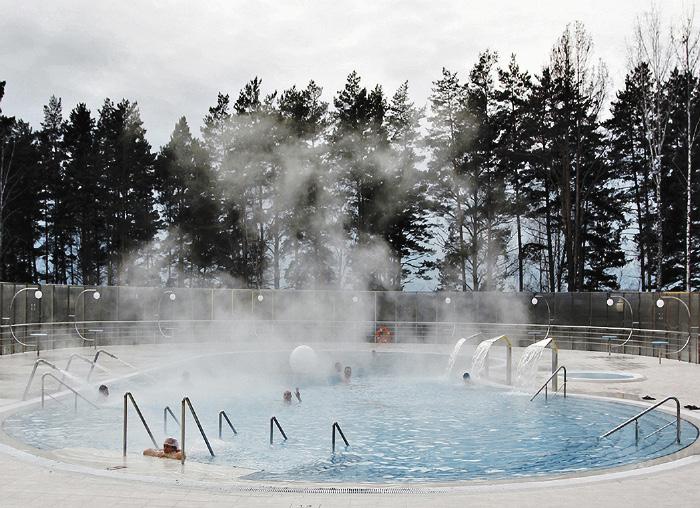 Открытый бассейн санатория «Сибирь» воспроизводит эффект купания в горячих источниках.