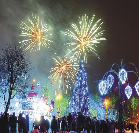 Гостей города встречают салютом и праздничными фейерверками. Сказка начинается!