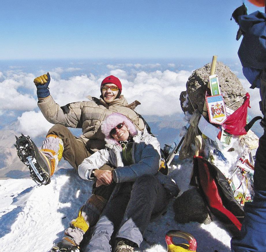 Альпинисты радуются покоренной вершине Эльбруса.