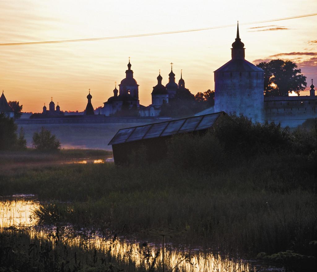 Вид на Кирилло-Белозерский монастырь с берега Сиверского озера.