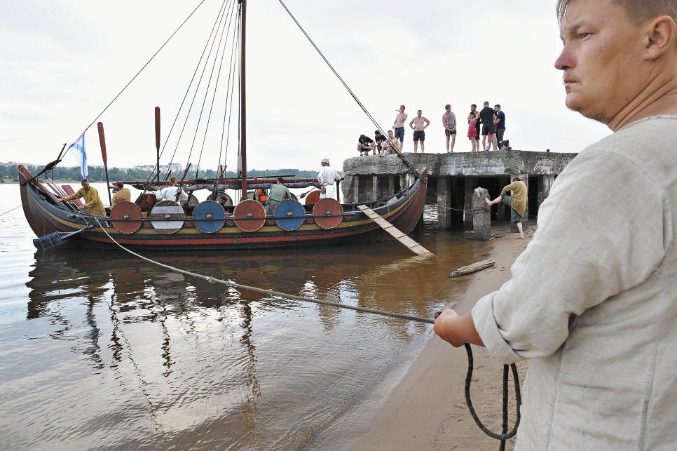 Город встречает древних воинов. Историческая реконструкция на реке Шексне.