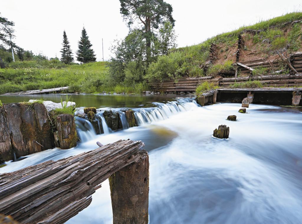 Старая деревянная плотина на реке Тотьме органично дополняет северный пейзаж.