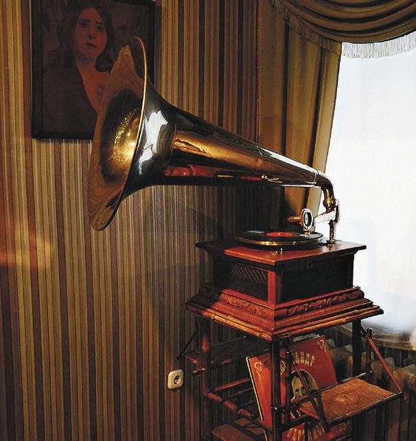 Музей «Мир забытых вещей». Интересно, для кого играл этот старинный патефон?