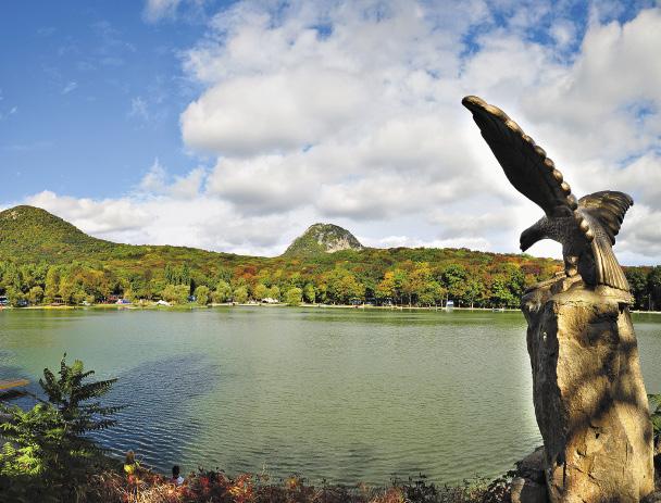 Озеро в Железноводске поражает цветом воды и умиротворенностью пейзажа.