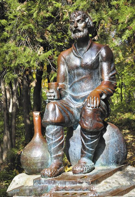 Скульптура «мужичка» в Ессентуках приносит удачу.