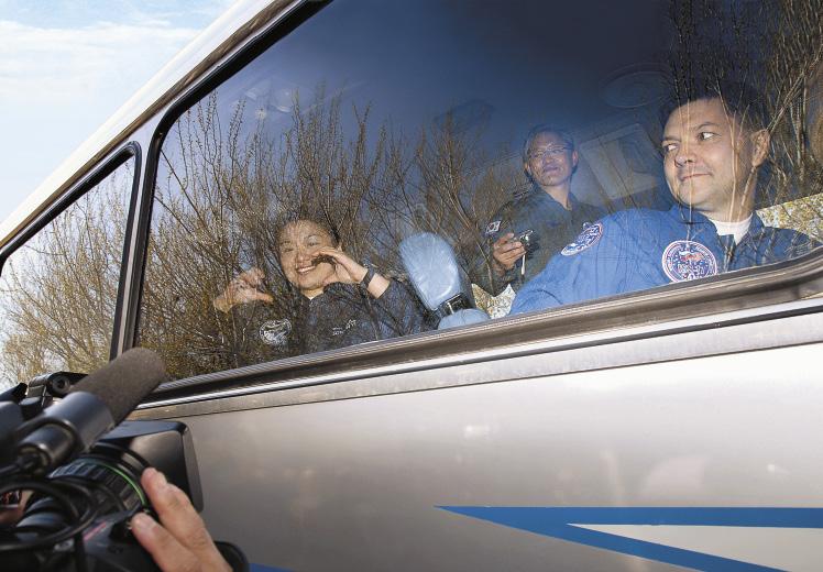 Проводы экипажа космического корабля «Союз ТМА-12» на Байконуре. Командир экипажа – Сергей Волков.