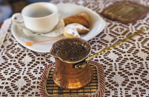 В кофе по татарской традиции не добавляют сахар: напиток лучше закусывать рахат-лукумом или сладостями.