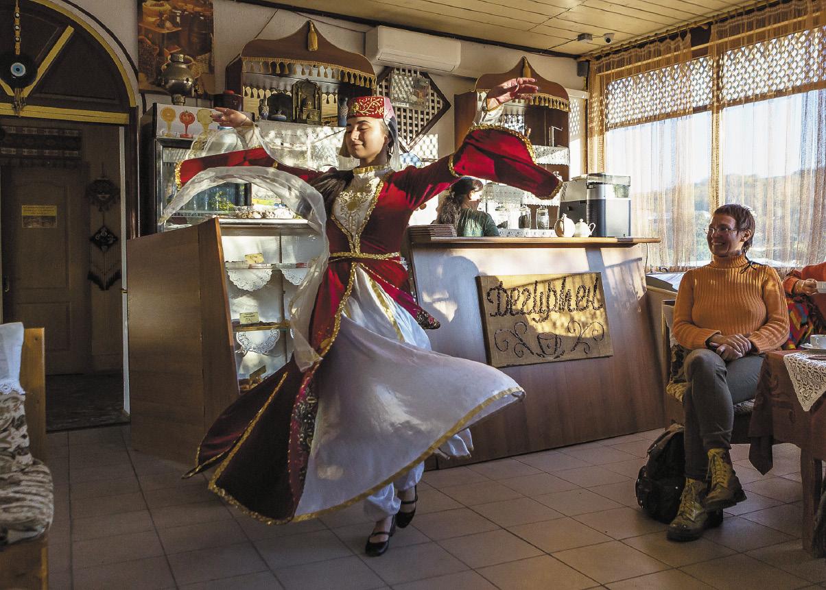В местных кофейнях вам могут станцевать крымско-татарский танец.