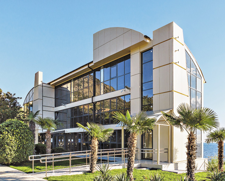 Всего за год работавшие в «Артеке» 2000 строителей возвели современные корпуса, школу, спорткомплекс…