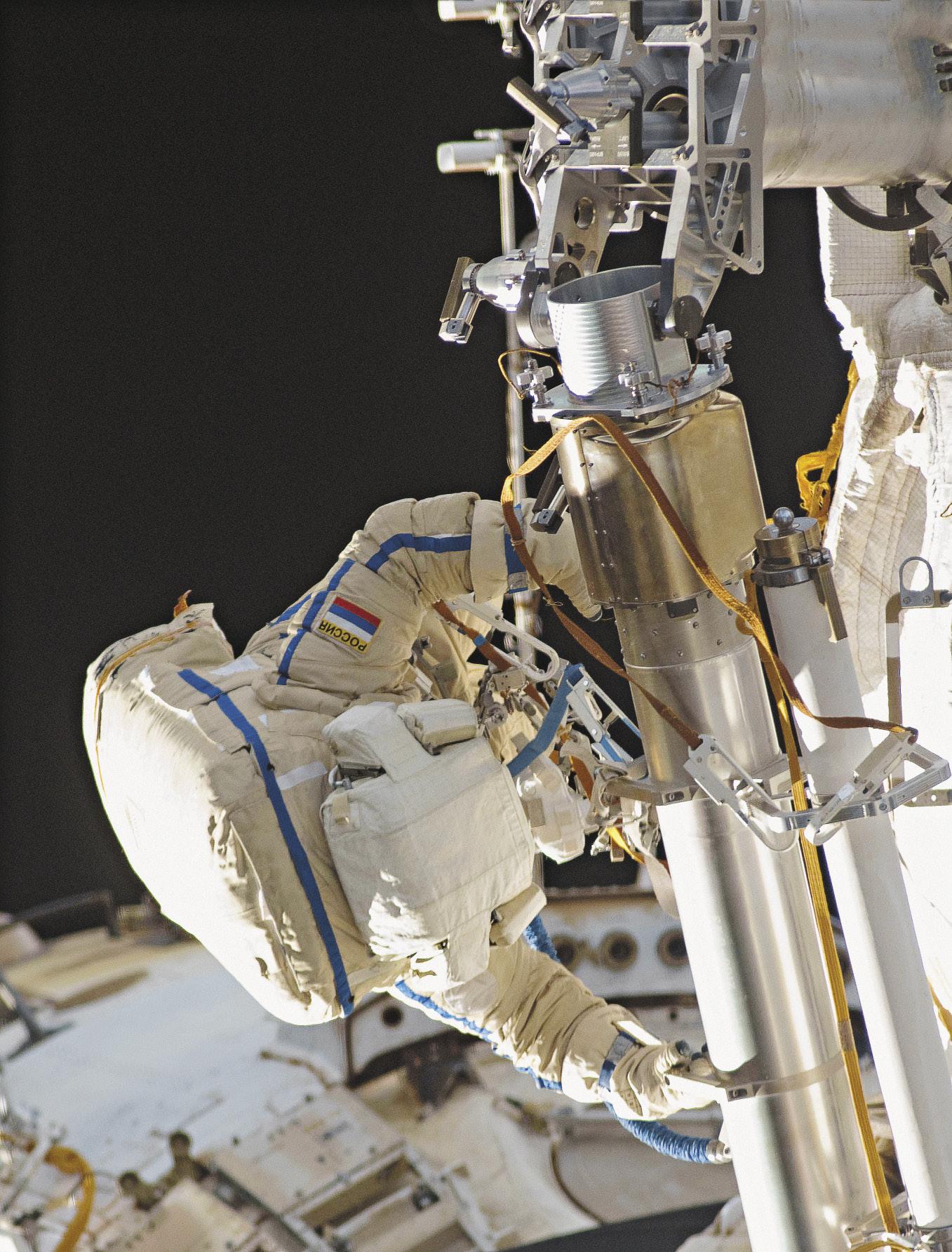 Во время шестичасовой экскурсии в открытый космос совместно с космонавтом Александром Самокрутяевым.