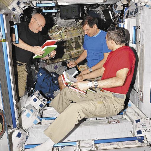«Сегодня я, Миша и Скотт провели тренировку по спуску на нашем корабле, отработали действия по бортовой документации».