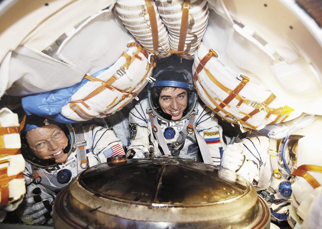 Вместе с астронавтами Майклом Фоссетом и Сатоши Фурукава внутри капсулы «Союз».