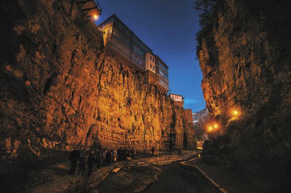 Жилые дома в ущелье на самом краю Старого Тбилиси.