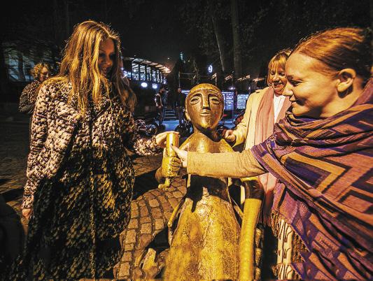 Отполированный руками туристов рог для вина.