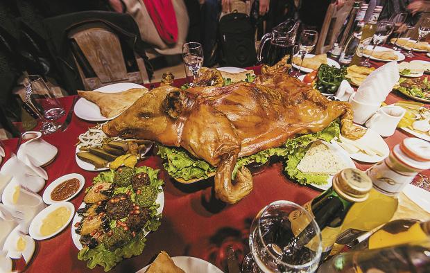 Испокон веков поросенок, ароматный, зажаристый,  с хрустящей аппетитной корочкой, был главным блюдом грузинского застолья, символом благополучия, удачи и счастья.епный и затейливый тост.