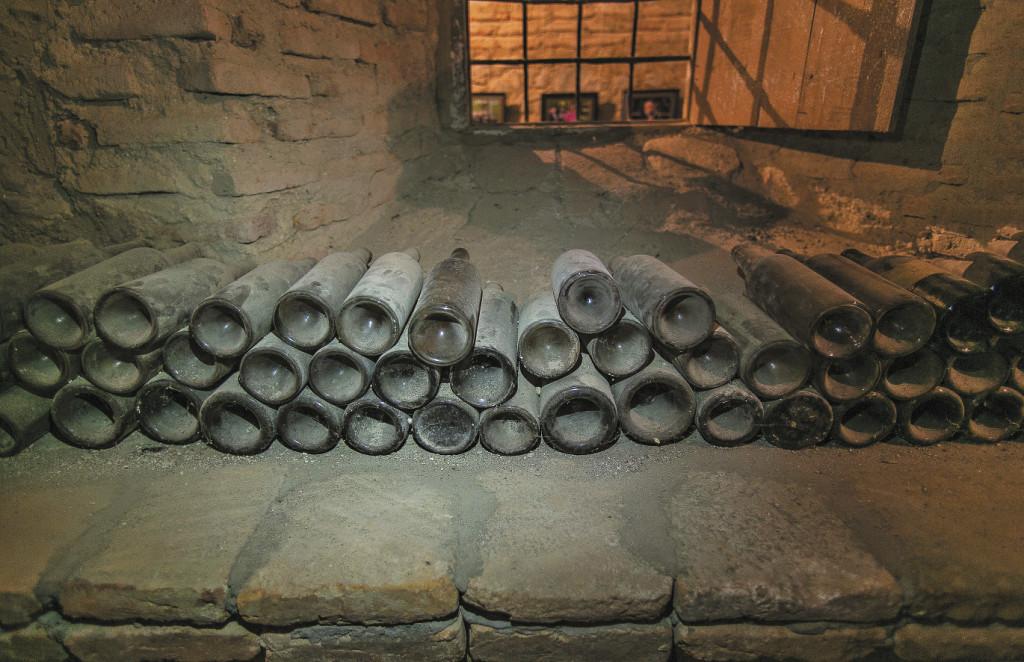 В подвалах старинного винного завода князей Чавчавадзе, что в селе Цинандали, хранятся 16 тысяч бутылок из разных эпох. Родовое поместье окружено парком с часовней, где венчались Александр Грибоедов с княжной Ниной Чавчавадзе.