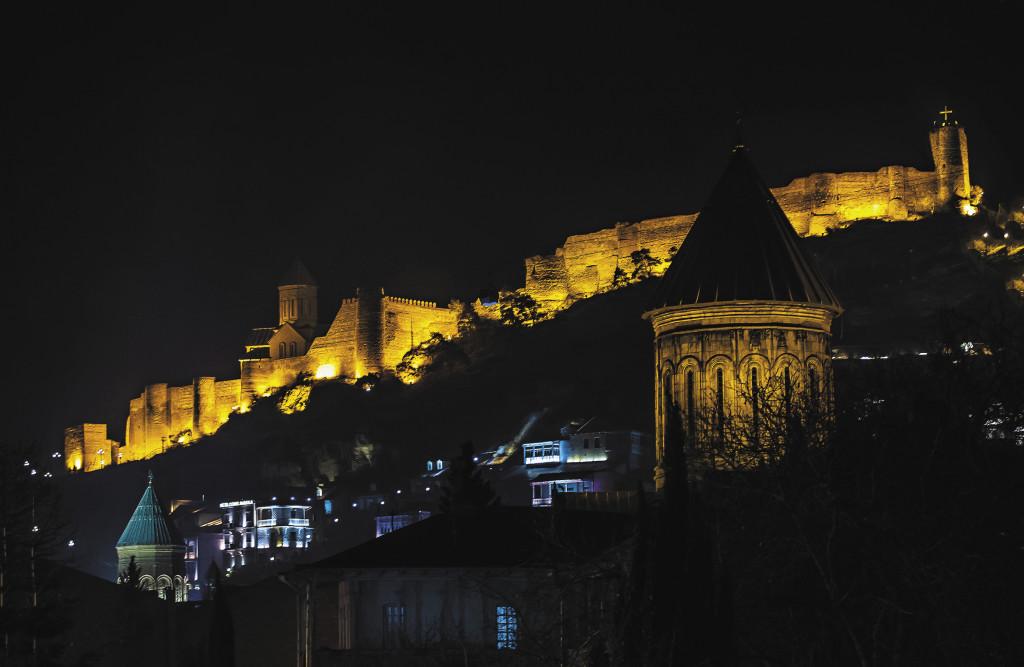 Крепость Нарикала будто нависает над Старым Тбилиси. Ее функция чисто оборонительная.  За всю историю существования крепости не было ни одного случая, чтобы ее взяли штурмом.