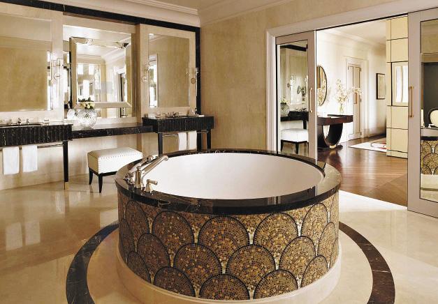 В ванной королевского люкса есть даже встроенная инфракрасная сауна.
