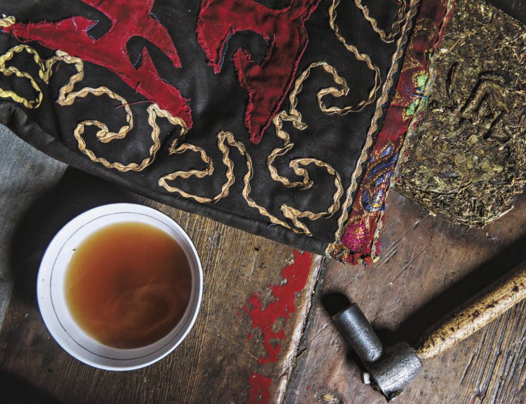 Здесь пьют очень много чая. Черный чай продается в больших прессованных брусках, его кусочки откалывают молотком и варят в большом казане.