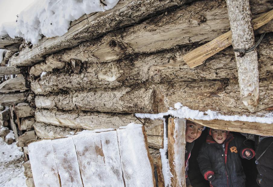 У местных детей не так много игр, а зимой их становится еще меньше. Они катаются на конях, самодельных деревянных санках и кидаются друг в друга кусками кизяка.