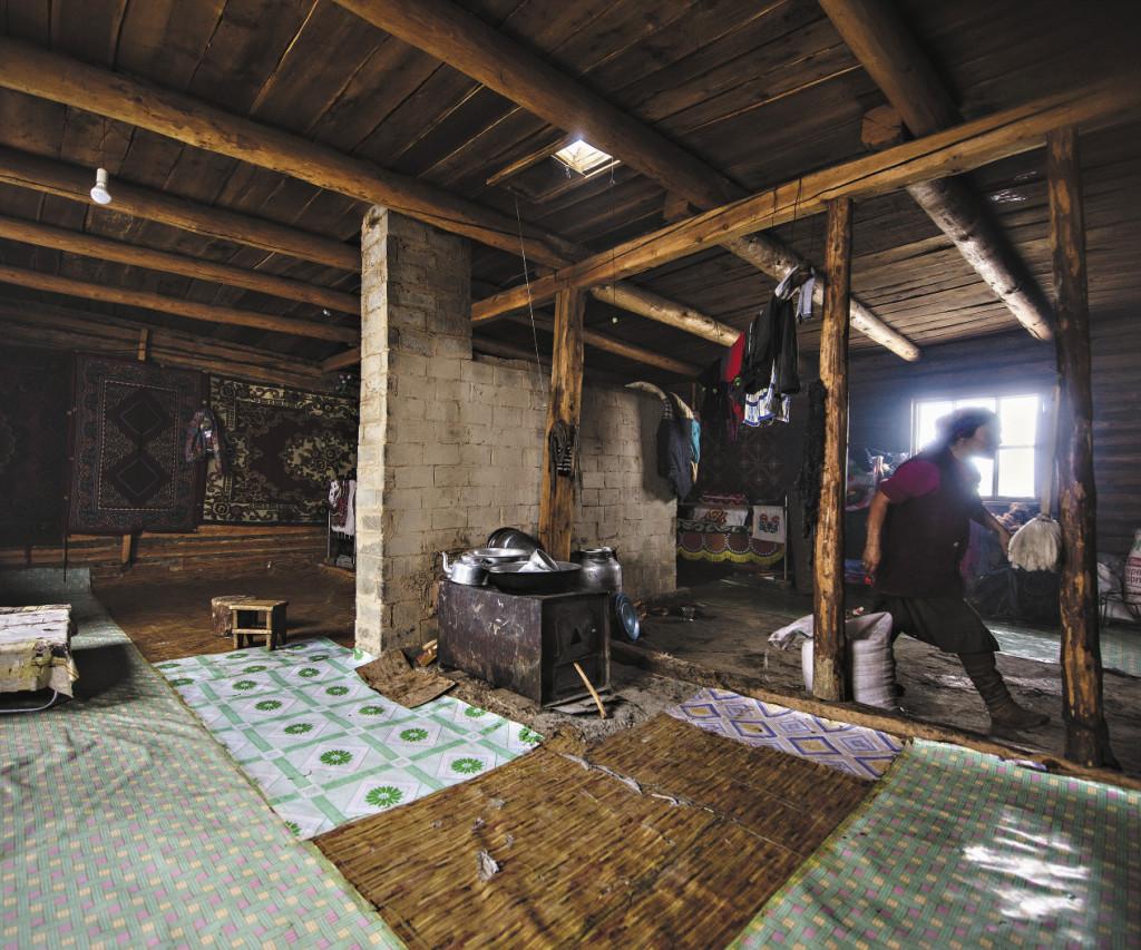 Дома в поселке изнутри аккуратно выметены и убраны, кровати застелены пестрыми одеялами.