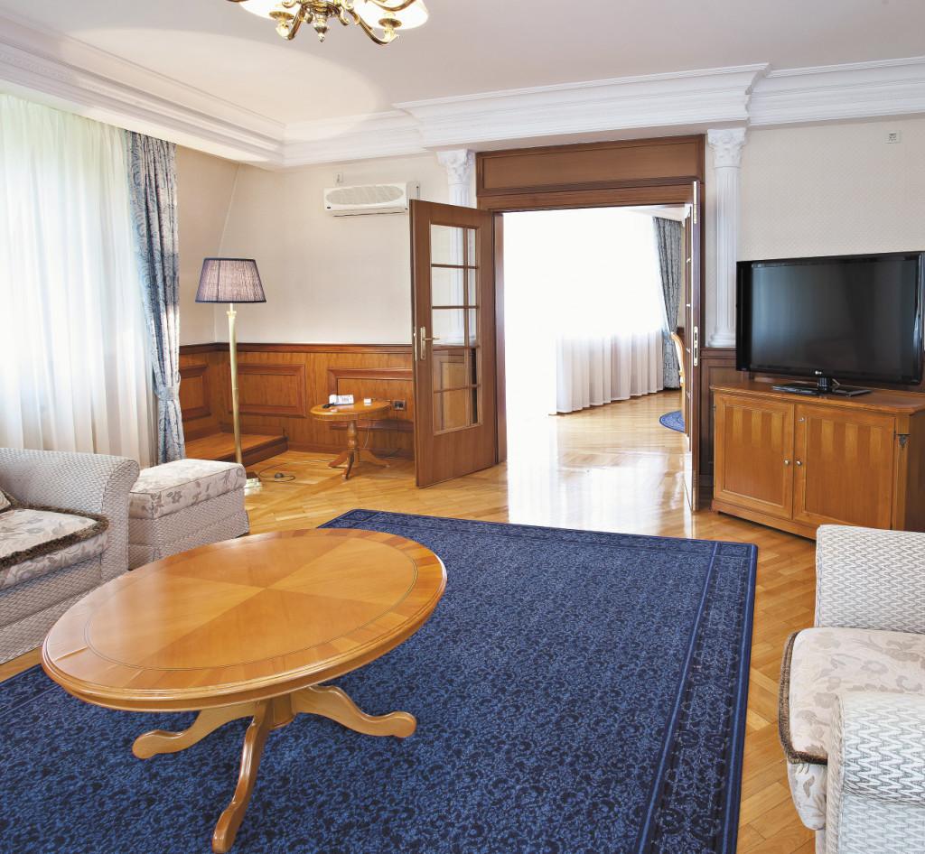 На площади 250 кв. метров разместились четыре жилые комнаты, рабочий кабинет и столовая.