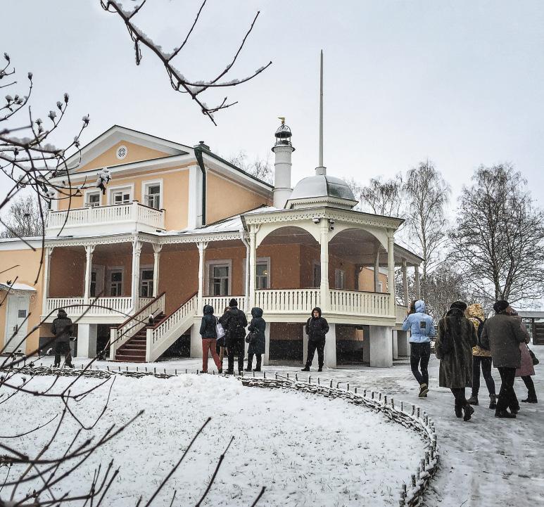 У дома Кашиной, входящего в состав музея-усадьбы Есенина, всегда много гостей.