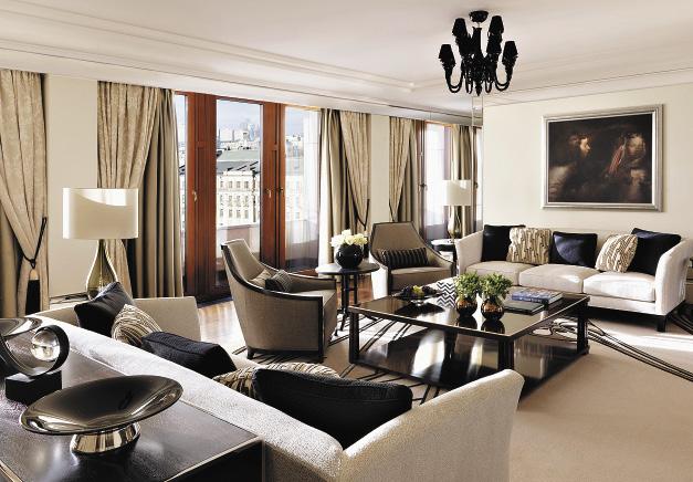 Зал королевского люкса «Пожарский» дает ощущение света и простора.