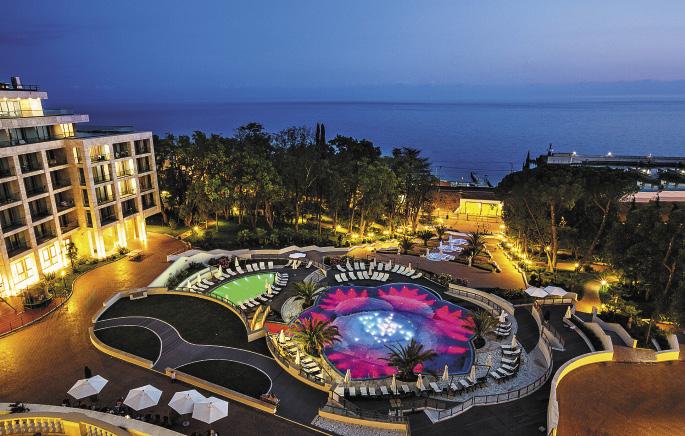 Из окон отеля открывается вид на бассейн, парк и Черное море.