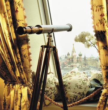 Из окон открывается панорамный вид на Кремль и cобор Василия Блаженного.