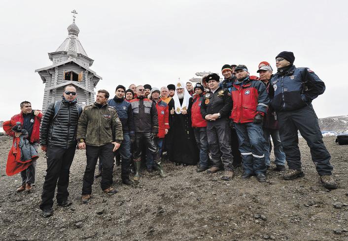 На Ватерлоо сегодня не холодно: около нуля. По окончании молебна и литии полярники и Святейший Патриарх Кирилл вышли на открытый воздух, чтобы софтографироваться на память.