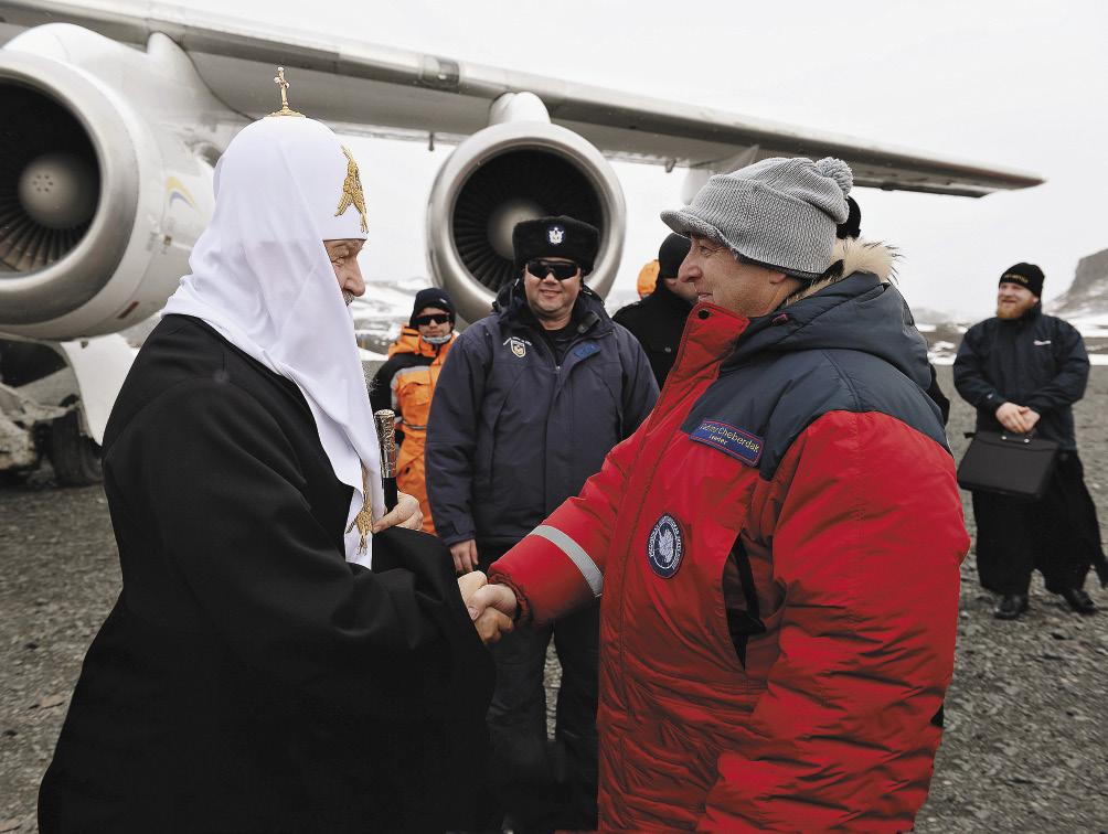 Начальник антарктической станции «Беллинсгаузен» Владимир Чебердак благодарит Патриарха за визит и желает удачного пути.