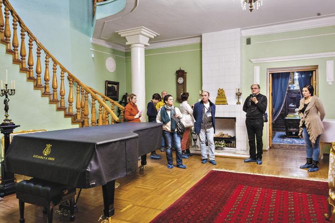 На этом рояле в Ивановке когда-то оттачивал гаммы юный Рахманинов.