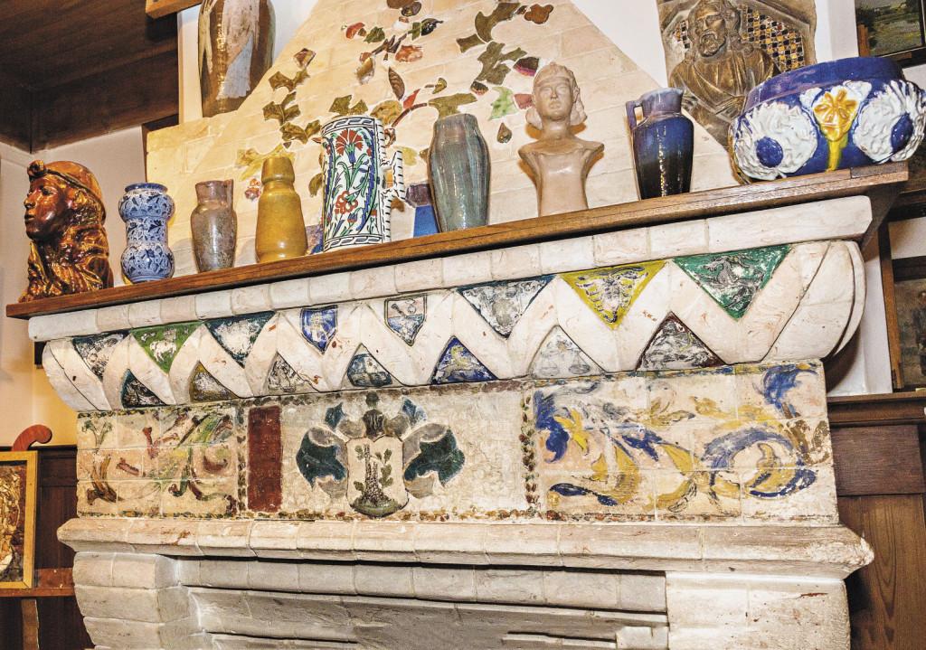Отделкой этого камина в Поленово занимался сам художник со своей младшей сестрой.