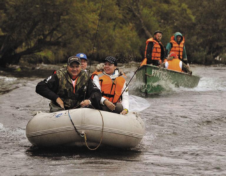 На берегу рекиБольшой проходит фестиваль «Сохраним лососей вместе!».