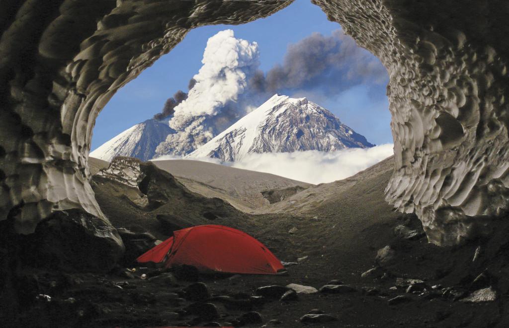 Палатка путешественников в ледяной пещере.