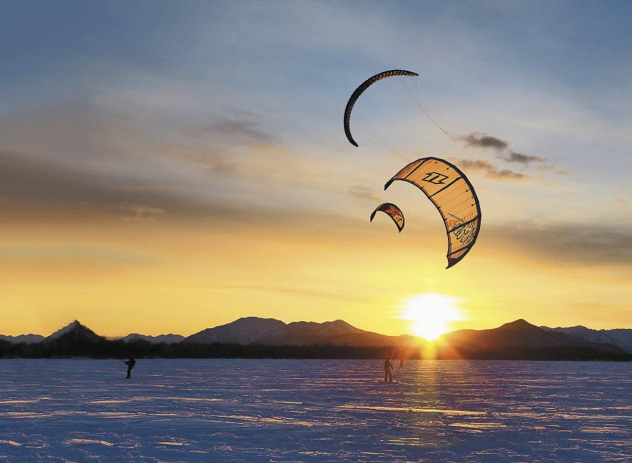 Поймали ветер. Прекрасные виды на горные хребты открываются сноубордистам.