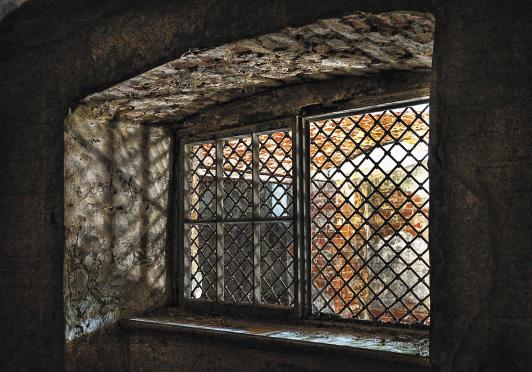 В подземелье становится немного не по себе: вдруг появится призрак принцессы?