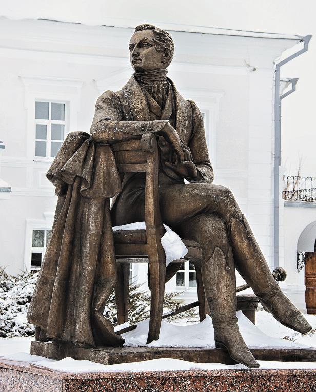 Памятник Дмитрию Веневитинову: кажется, что поэт присел полюбоваться окрестностями.