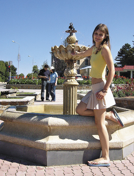 Железноводск, девушка  у фонтана.