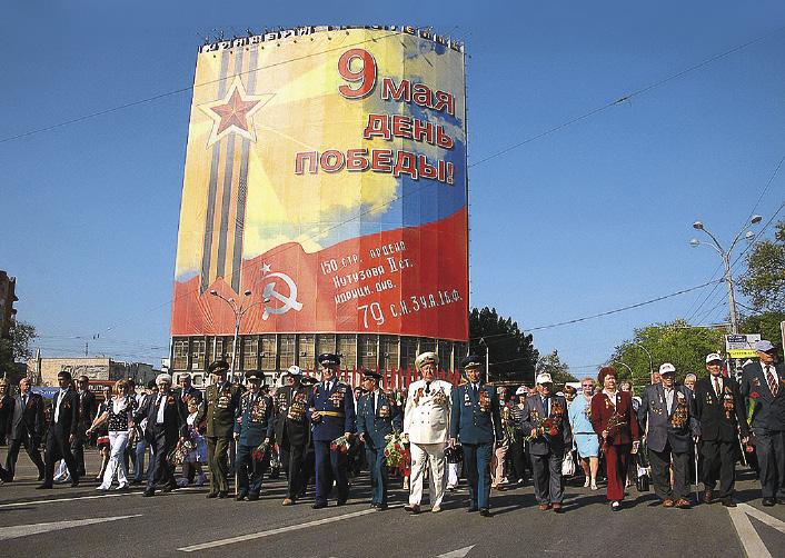 Военный парад с участием фронтовиков и тружеников тыла на Театральной площади.